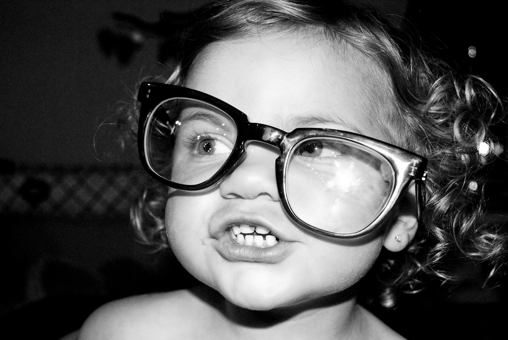 Картинка смешная девочка в очках, открытки